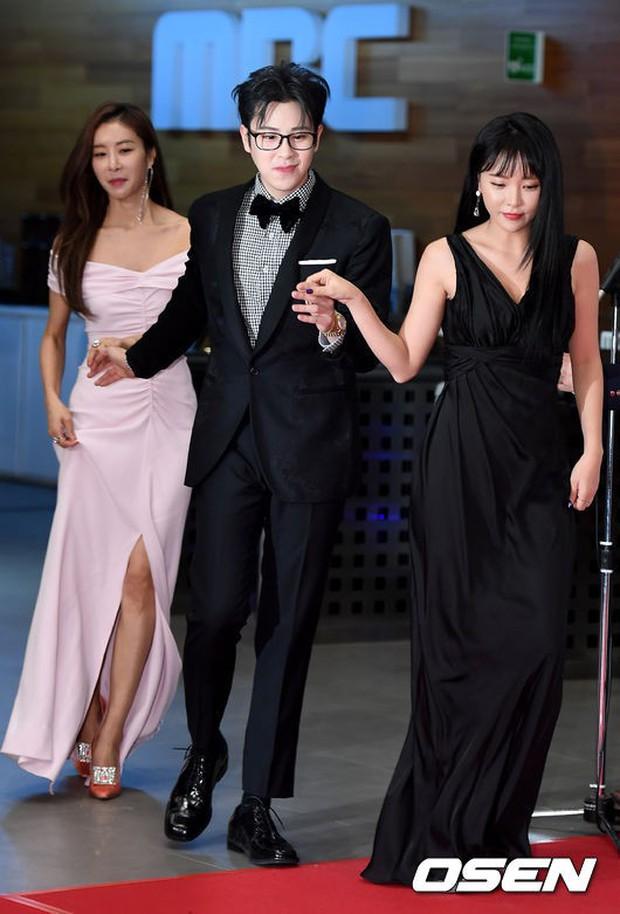 Thảm đỏ MBC Entertainment Awards: Dara bỗng già chát, bị mỹ nhân gợi cảm vô danh và loạt sao nữ sexy đè bẹp - Ảnh 14.