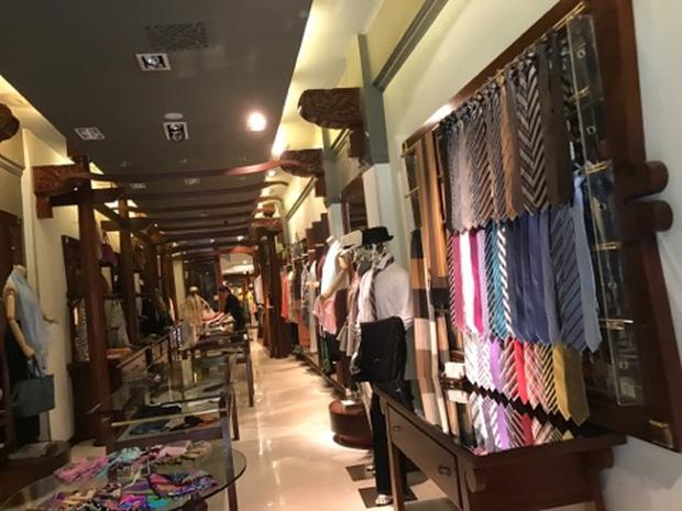 Kiểm tra cửa hàng Khaisilk: Tạm thu giữ hơn 50 sản phẩm, tổng giá trị hơn 30 triệu đồng - Ảnh 1.