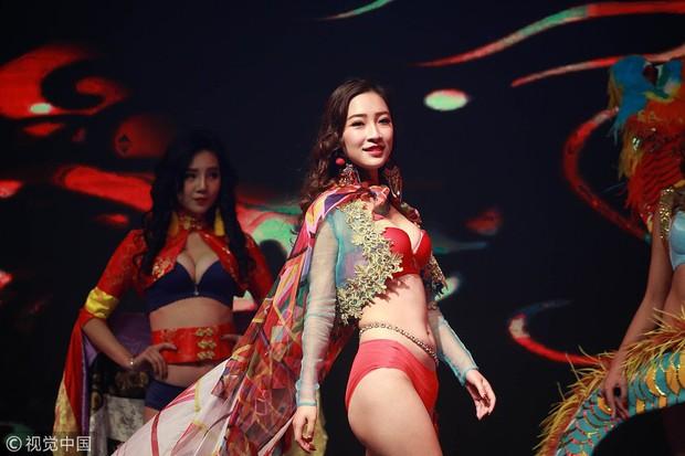 Victorias Secret Show phiên bản hội chợ Trung Quốc: Dàn người mẫu lộ bụng mỡ, nhái cánh thiên thần 1 cách trắng trợn - Ảnh 2.