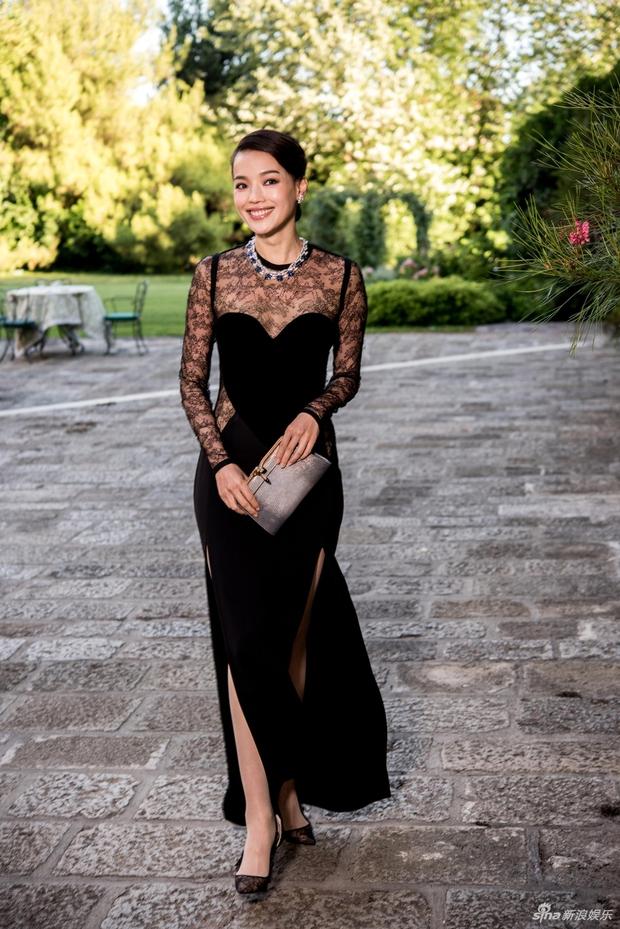 Không cần hở bạo, Bella Hadid vẫn gợi cảm hút hồn khi đọ sắc với Thư Kỳ tại Venice - Ảnh 7.
