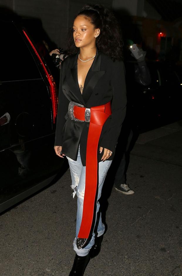 Rihanna đi đâu cũng phô ra hai quả bom nổ chậm, thời trang ngày càng khó hiểu quá đà - Ảnh 13.