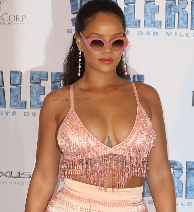 Rihanna đi đâu cũng phô ra hai quả bom nổ chậm, thời trang ngày càng khó hiểu quá đà - Ảnh 4.