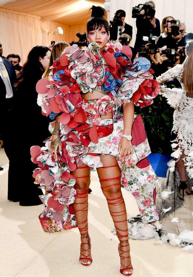 Chẳng khác nào trò cực hình, thế mà Rihanna vẫn cắn răng đi loại giày này liên tục - Ảnh 1.