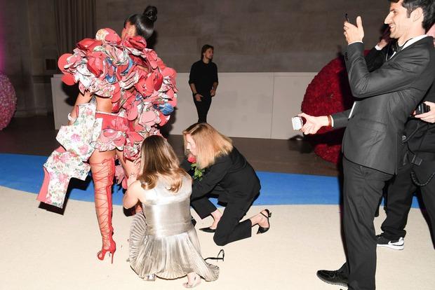 Chẳng khác nào trò cực hình, thế mà Rihanna vẫn cắn răng đi loại giày này liên tục - Ảnh 3.