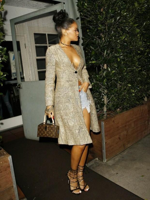 Chẳng khác nào trò cực hình, thế mà Rihanna vẫn cắn răng đi loại giày này liên tục - Ảnh 8.