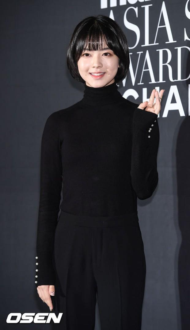 Thảm đỏ LHP Busan: Yoona lộ chân gầy như sắp gãy, Moon Geun Young dọa fan, sao nhí Dream High lột xác - Ảnh 18.