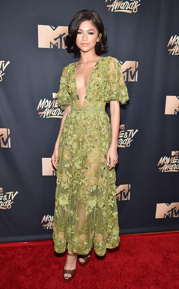 Thảm đỏ MTV Movie & TV Awards: Cara khoe đầu trọc, các sao tạo dáng khó khăn vì mưa đá - Ảnh 16.