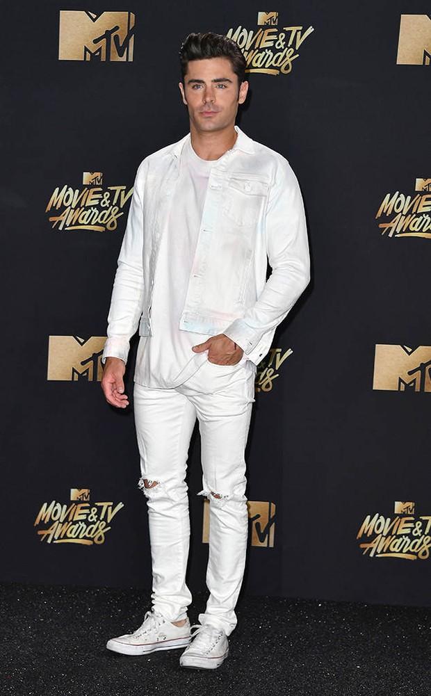 Thảm đỏ MTV Movie & TV Awards: Cara khoe đầu trọc, các sao tạo dáng khó khăn vì mưa đá - Ảnh 12.