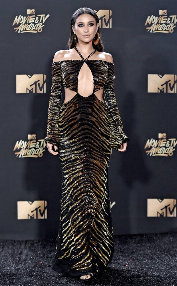 Thảm đỏ MTV Movie & TV Awards: Cara khoe đầu trọc, các sao tạo dáng khó khăn vì mưa đá - Ảnh 13.