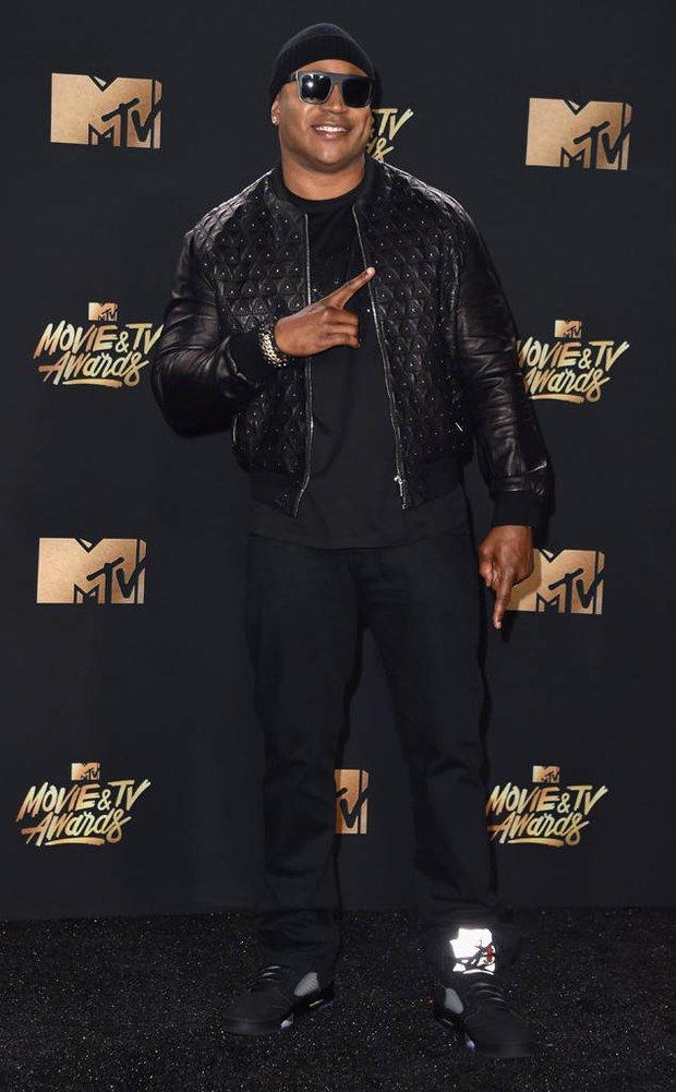 Thảm đỏ MTV Movie & TV Awards: Cara khoe đầu trọc, các sao tạo dáng khó khăn vì mưa đá - Ảnh 21.