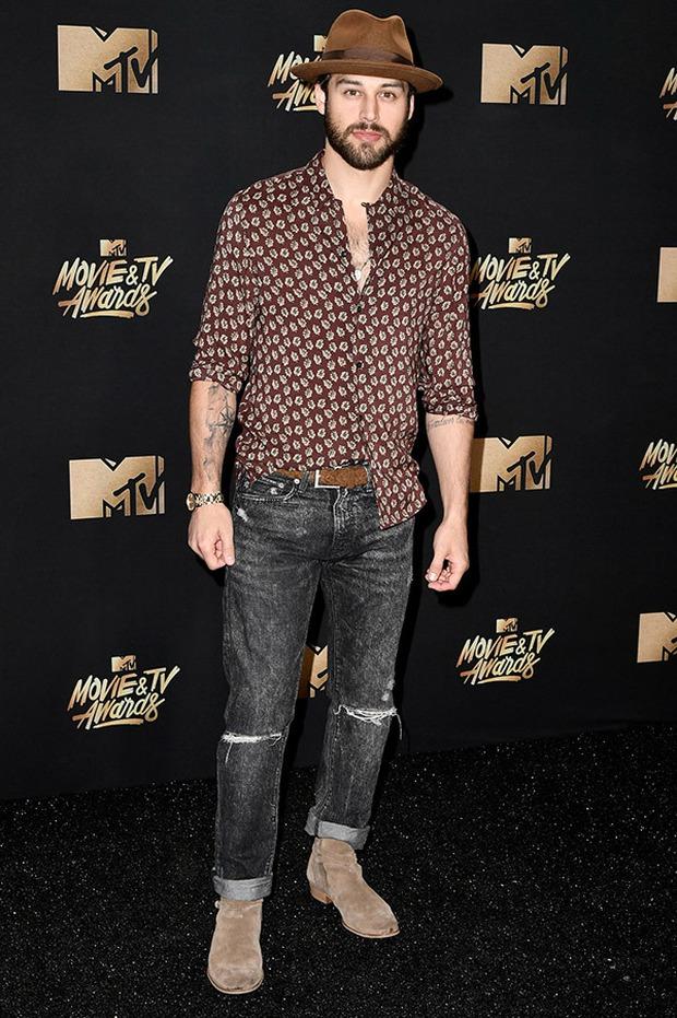 Thảm đỏ MTV Movie & TV Awards: Cara khoe đầu trọc, các sao tạo dáng khó khăn vì mưa đá - Ảnh 26.