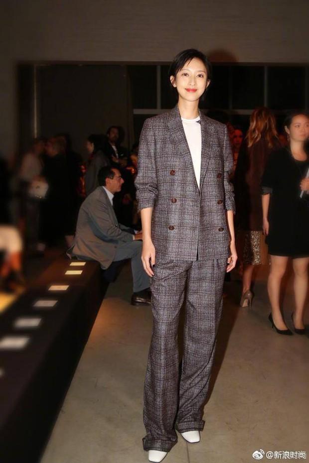 Chán váy vóc bánh bèo, nhiều sao Hoa Ngữ đồng loạt rủ nhau mặc suit đi sự kiện - Ảnh 4.