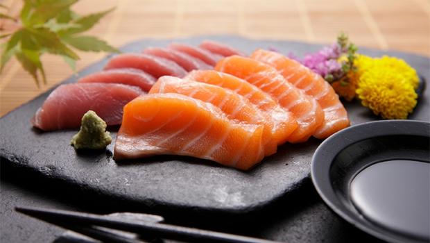Tìm thấy sán dài 2m6 làm tổ trong ruột bé gái nghiện ăn đồ sống Nhật Bản - Ảnh 2.