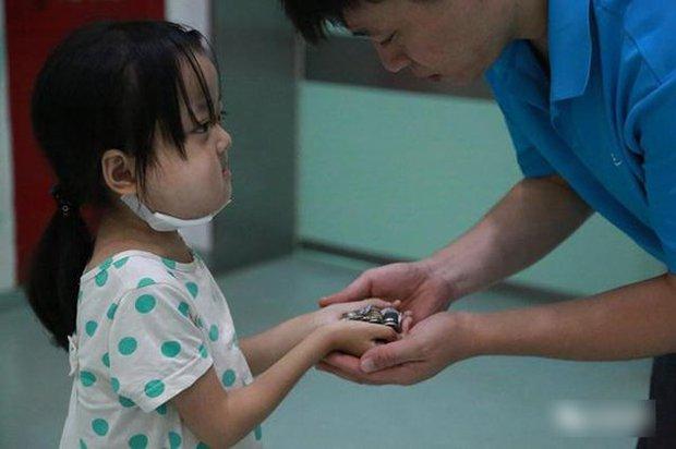 Bé 7 tuổi nguyện từ bỏ cơ hội được điều trị bệnh nguy hiểm để dành tiền cứu chữa cho em gái 1 tuổi - Ảnh 3.