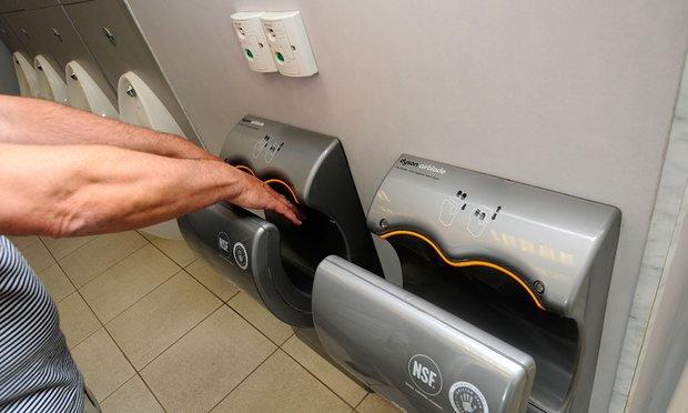Trước khi sử dụng máy sấy tay trong phòng vệ sinh, hãy chắc rằng bạn đã biết điều này - Ảnh 1.