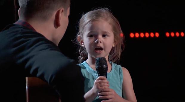 The Voice Mỹ: Cô bé 4 tuổi làm náo loạn tập đầu tiên vòng Giấu mặt - Ảnh 3.