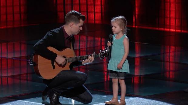 The Voice Mỹ: Cô bé 4 tuổi làm náo loạn tập đầu tiên vòng Giấu mặt - Ảnh 4.