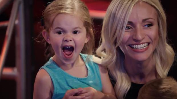 The Voice Mỹ: Cô bé 4 tuổi làm náo loạn tập đầu tiên vòng Giấu mặt - Ảnh 5.