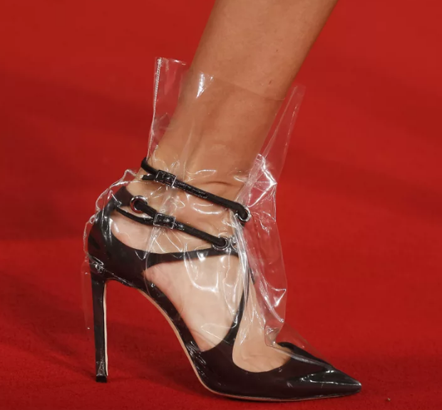 Từ hình ảnh của Rihanna rút ra chân lý: muốn có giày mới, cứ lấy nylon mà bọc vào giày cũ! - Ảnh 4.