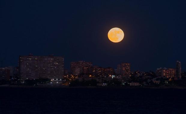 Lác mắt trước chùm ảnh siêu Mặt trăng trên bầu trời Việt Nam và thế giới - Ảnh 9.