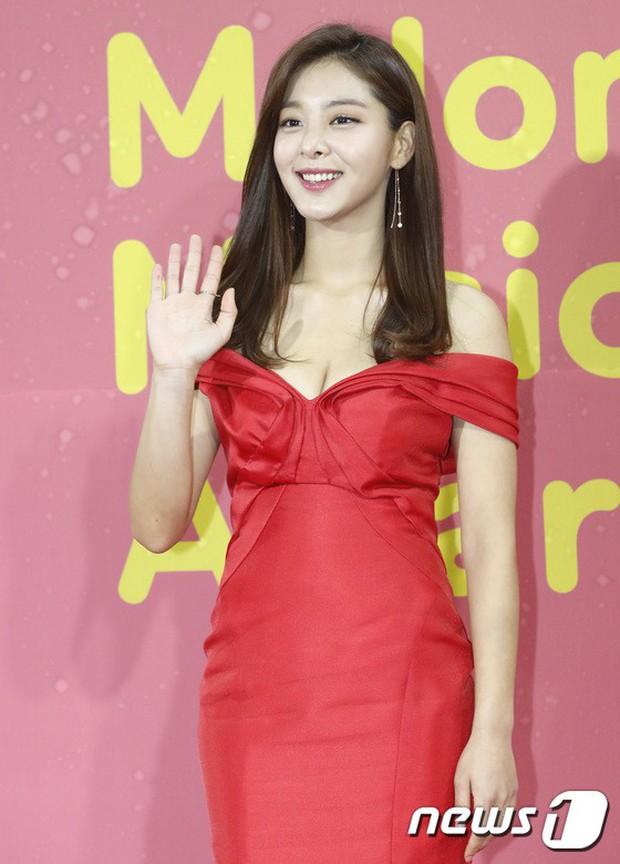 Thảm đỏ Melon: Mỹ nhân ngực khủng vô danh át cả Kim So Hyun, TWICE, EXO và Wanna One đẹp trai như hoàng tử - Ảnh 6.