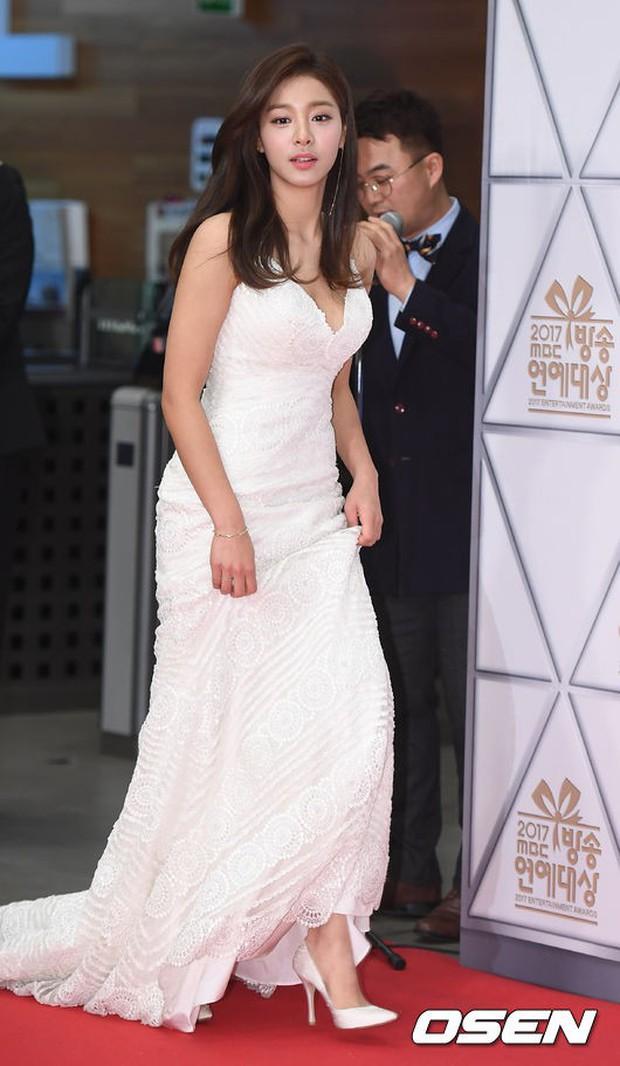 Thảm đỏ MBC Entertainment Awards: Dara bỗng già chát, bị mỹ nhân gợi cảm vô danh và loạt sao nữ sexy đè bẹp - Ảnh 6.