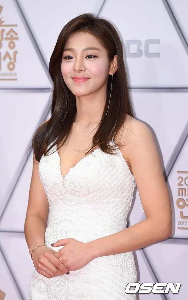 Thảm đỏ MBC Entertainment Awards: Dara bỗng già chát, bị mỹ nhân gợi cảm vô danh và loạt sao nữ sexy đè bẹp - Ảnh 7.