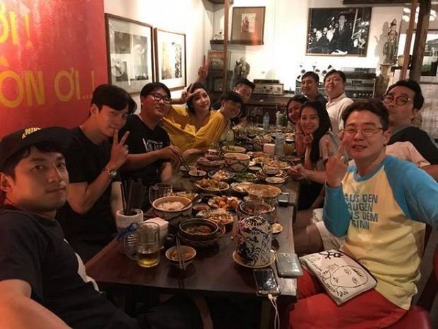 Lộ clip nam diễn viên Vì sao đưa anh tới điển trai mua sắm, ăn tối tại Việt Nam - Ảnh 2.