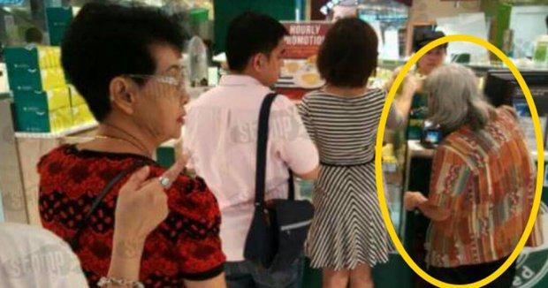 Cặp đôi người Singapore giúp đỡ cụ bà đáng thương, ngay sau đó, người dùng mạng bóc trần sự thật xấu xí - Ảnh 1.