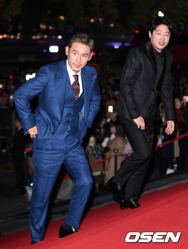 Thảm đỏ Oscar Hàn Quốc: Hoa hậu gây sốc với ngực siêu khủng, Yoona và Jo In Sung dẫn đầu dàn siêu sao - Ảnh 27.