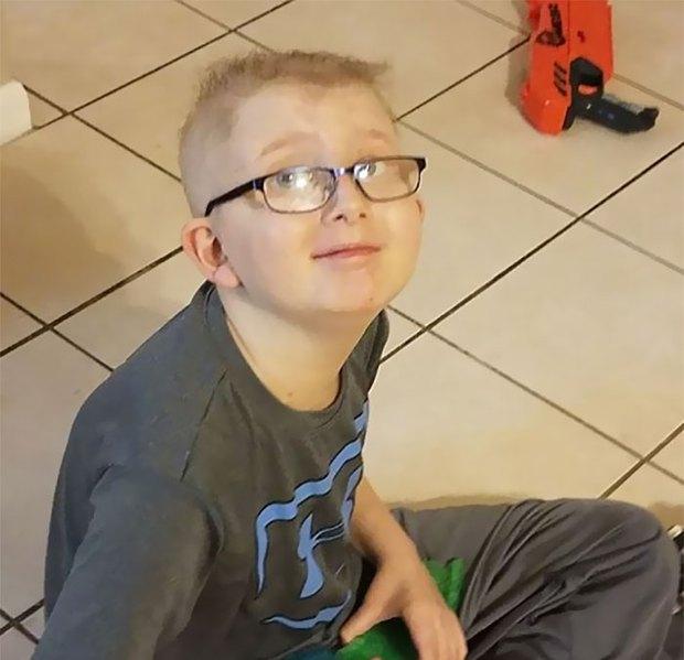 Bức ảnh bé trai 10 tuổi đau đớn chiến đấu với ung thư khiến nhiều người rơi nước mắt - Ảnh 3.