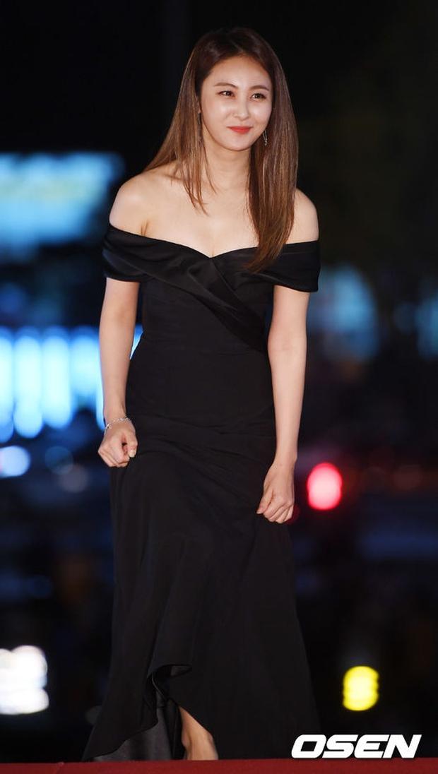Thảm đỏ Oscar Hàn Quốc: Hoa hậu gây sốc với ngực siêu khủng, Yoona và Jo In Sung dẫn đầu dàn siêu sao - Ảnh 26.