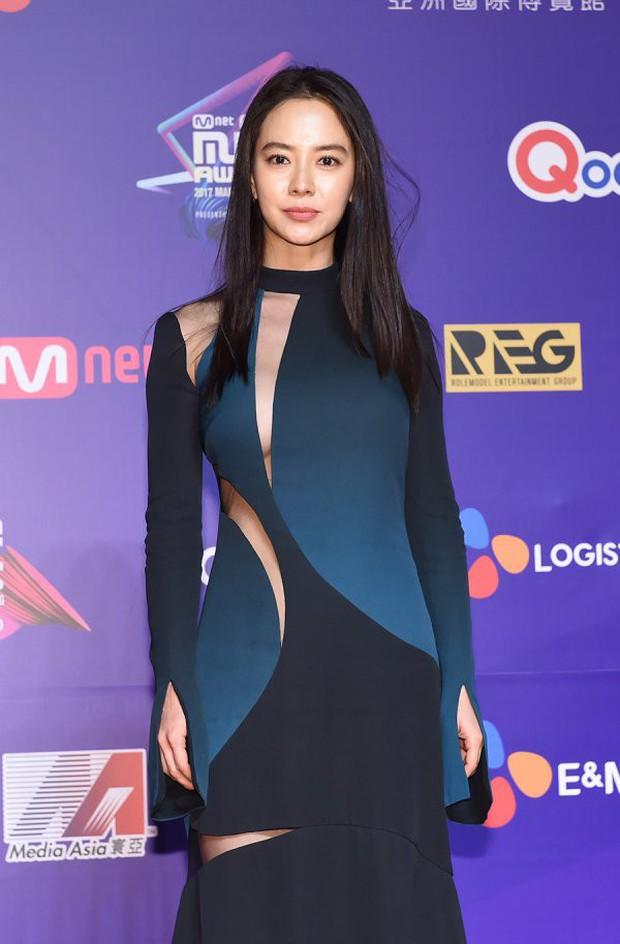 Thảm đỏ MAMA Hồng Kông: Song Joong Ki, Lee Young Ae mê mẩn Wanna One, Song Ji Hyo và em út Red Velvet hở bạo - Ảnh 17.