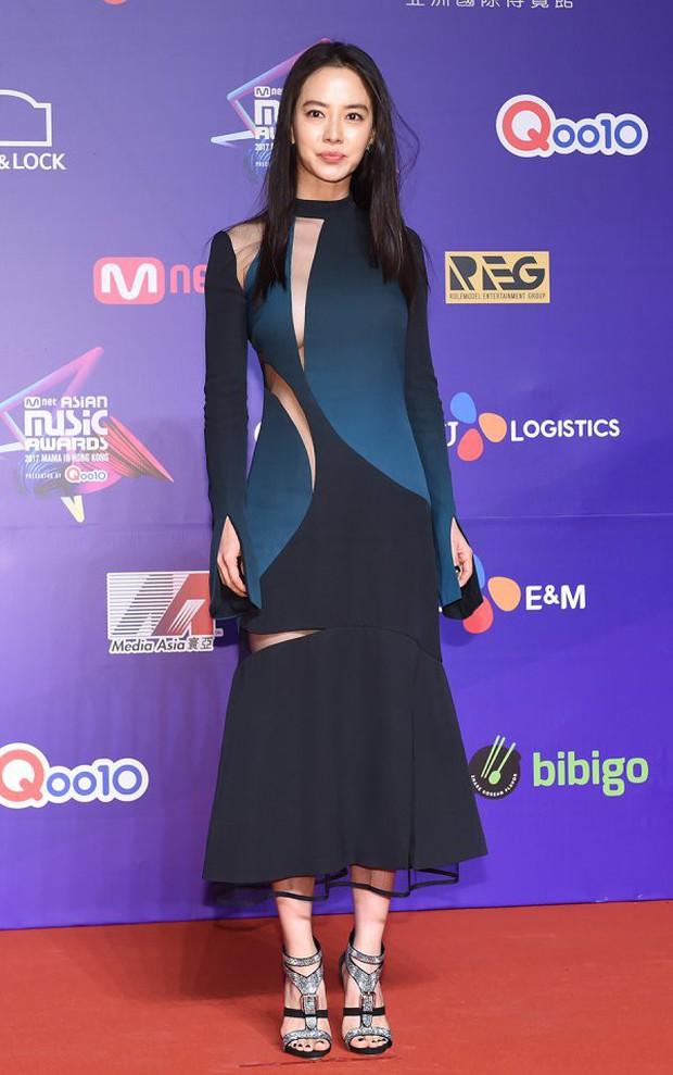 Thảm đỏ MAMA Hồng Kông: Song Joong Ki, Lee Young Ae mê mẩn Wanna One, Song Ji Hyo và em út Red Velvet hở bạo - Ảnh 16.