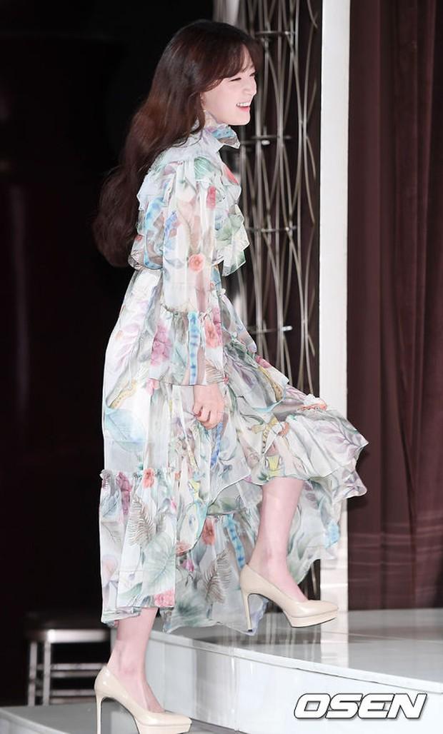 Hậu duệ mặt trời kết thúc được 1 năm, Kim Ji Won trở lại ngoạn mục như nữ thần - Ảnh 15.