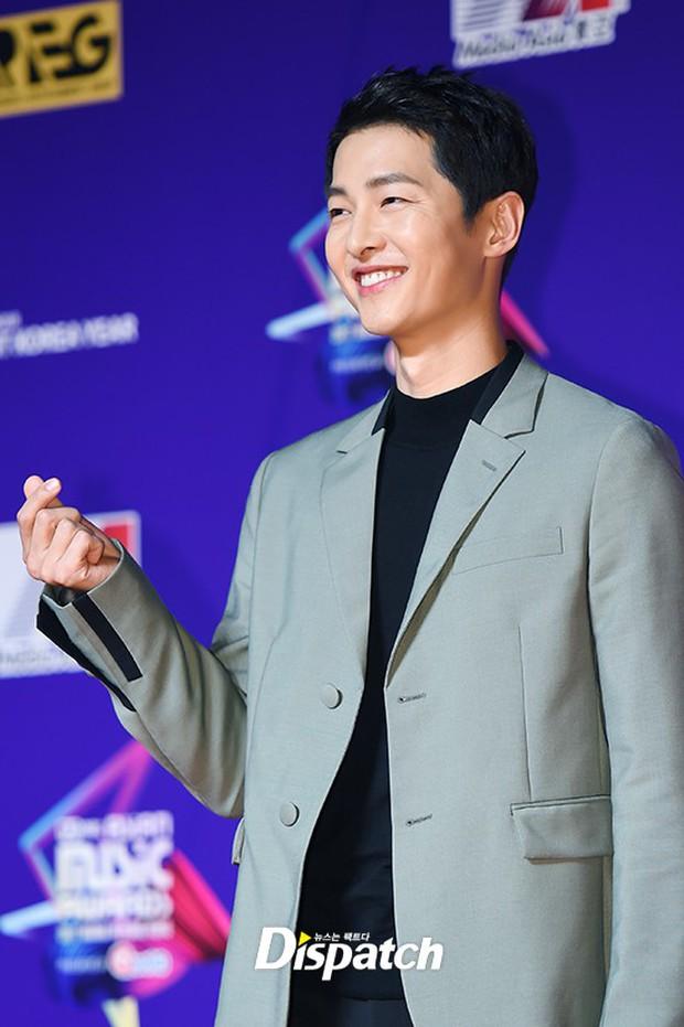 Thảm đỏ MAMA Hồng Kông: Song Joong Ki, Lee Young Ae mê mẩn Wanna One, Song Ji Hyo và em út Red Velvet hở bạo - Ảnh 5.