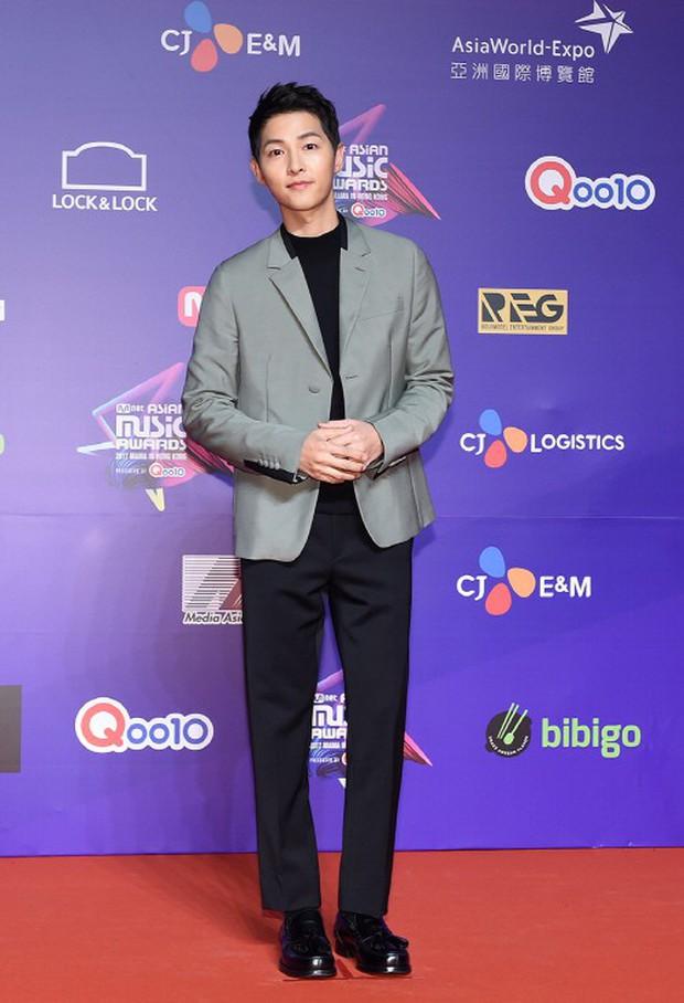 Thảm đỏ MAMA Hồng Kông: Song Joong Ki, Lee Young Ae mê mẩn Wanna One, Song Ji Hyo và em út Red Velvet hở bạo - Ảnh 3.