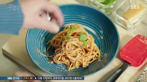 Đang đói mà nhìn Lee Min Ho làm pasta cho tiên cá Jun Ji Hyun là thấy thèm ngay lập tức - Ảnh 10.