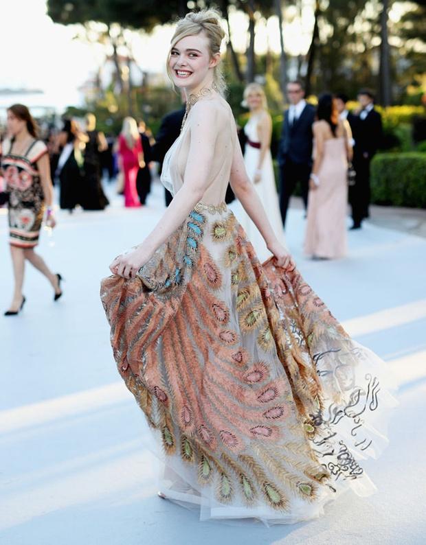 Tiên nữ giáng trần là câu miêu tả chính xác Elle Fanning tại LHP Cannes các năm! - Ảnh 16.
