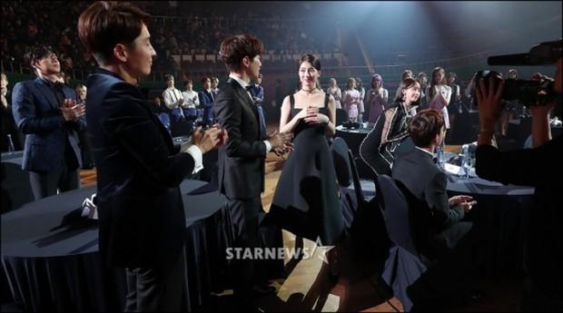 Lọt vào một khung hình tại Asia Artist Awards, top mỹ nhân Kbiz đẹp đến mức khiến fan đau đầu không biết ai hơn - Ảnh 8.