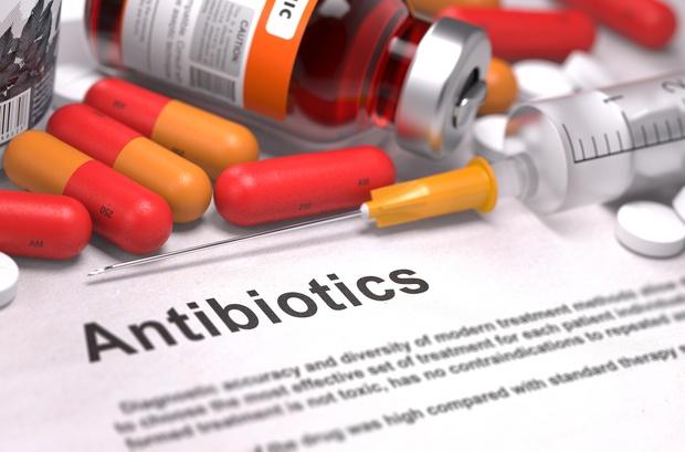 Vì sao sốt xuất huyết không được uống kháng sinh? - Ảnh 1.