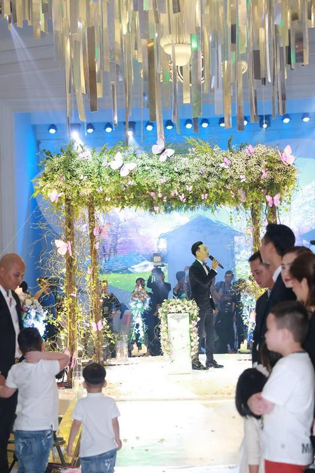 MC Thành Trung cùng bà xã kí hợp đồng hôn nhân trong lễ cưới - Ảnh 1.