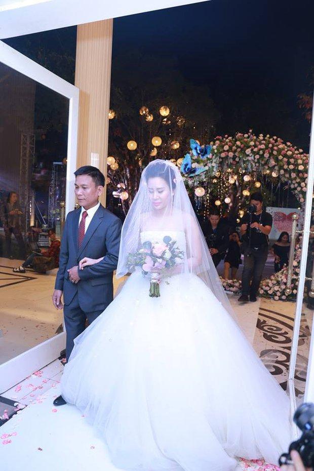 MC Thành Trung cùng bà xã kí hợp đồng hôn nhân trong lễ cưới - Ảnh 2.