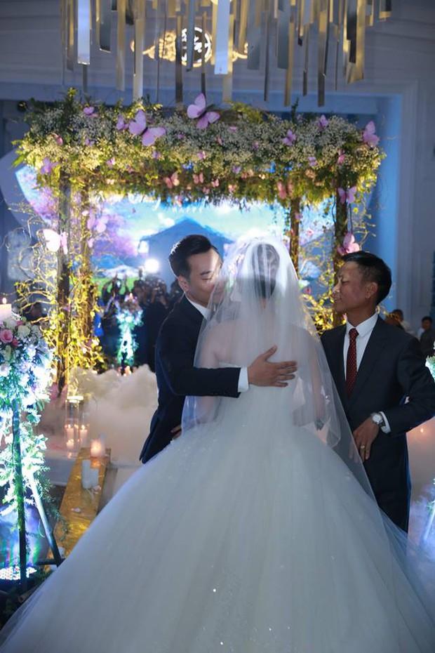 MC Thành Trung cùng bà xã kí hợp đồng hôn nhân trong lễ cưới - Ảnh 3.