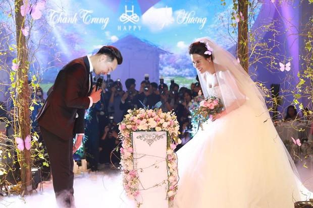 MC Thành Trung cùng bà xã kí hợp đồng hôn nhân trong lễ cưới - Ảnh 6.
