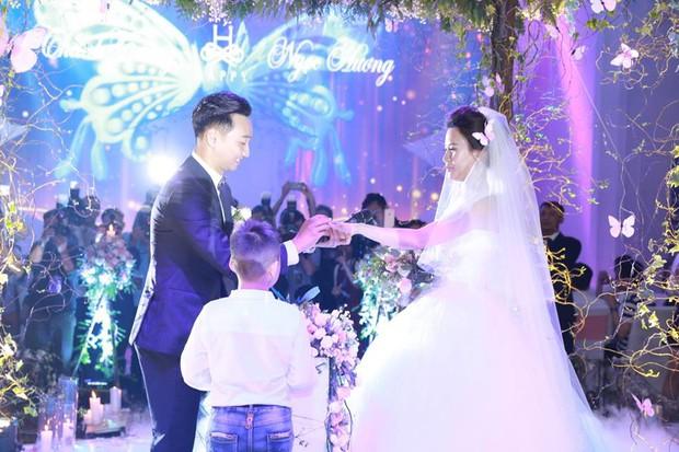 MC Thành Trung cùng bà xã kí hợp đồng hôn nhân trong lễ cưới - Ảnh 7.