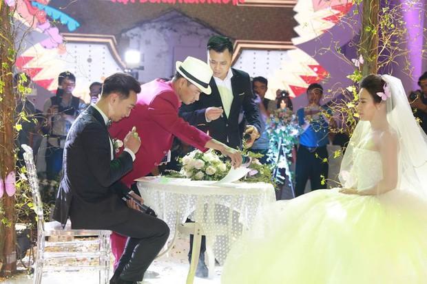 MC Thành Trung cùng bà xã kí hợp đồng hôn nhân trong lễ cưới - Ảnh 9.