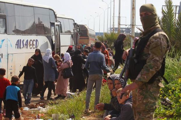 Ít nhất 80 trẻ em thiệt mạng trong vụ đánh bom đoàn xe sơ tán tại Syria - Ảnh 2.