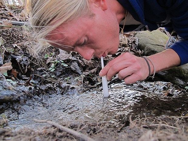 Lọc nước bằng băng vệ sinh - bí kíp sống còn khi bạn không có nước sạch để dùng - Ảnh 4.