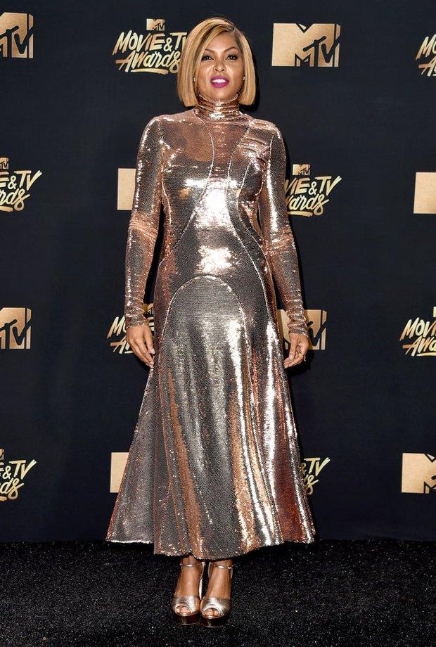 Thảm đỏ MTV Movie & TV Awards: Cara khoe đầu trọc, các sao tạo dáng khó khăn vì mưa đá - Ảnh 17.